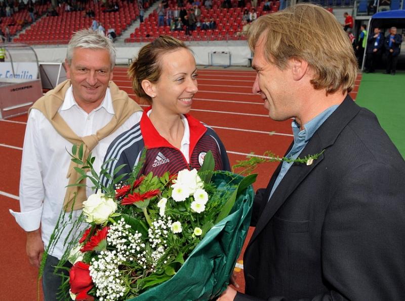 Verabschiedung von Physiotherapeutin Yvonne Zuschlag (M) von Jens Rose (R) und Holger G�nther