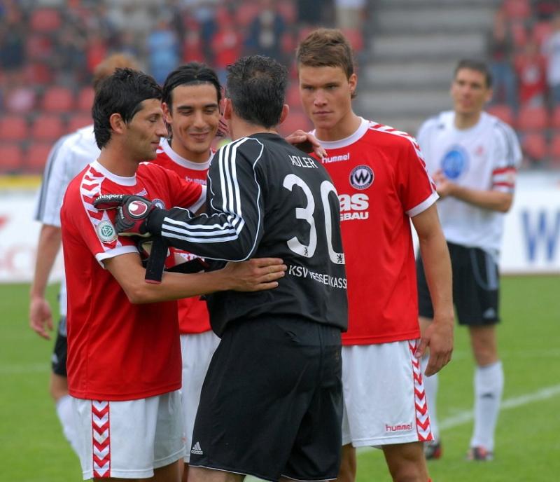 Oliver Adler (Torwart KSV Hessen Kassel) wird von den Spielern des  SV Wacker Burghausen verabschiedet