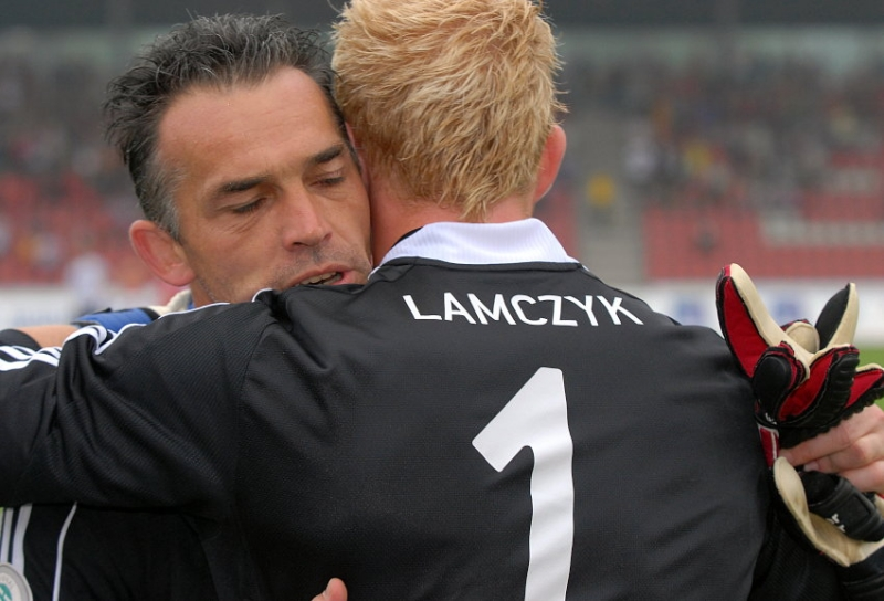 Oliver Adler wird Dennis Lamczyk (Torwart KSV Hessen Kassel) verabschiedet