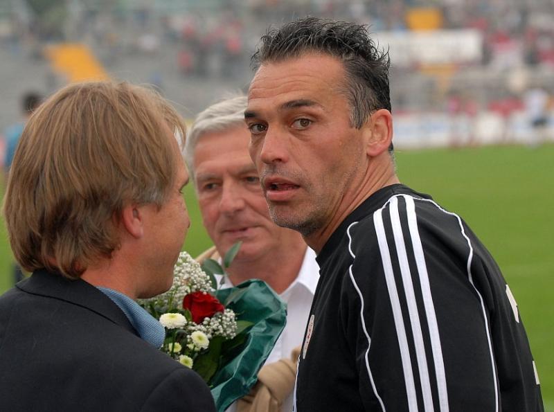 Beendet seine aktive Karriere: Oliver Adler (Torwart KSV Hessen Kassel) (R) wird verabschiedet von Jens Rose (Vors. KSV Hessen Kassel), (L), 2. Vorsitzender KSV: Holger G�nther (hinten)