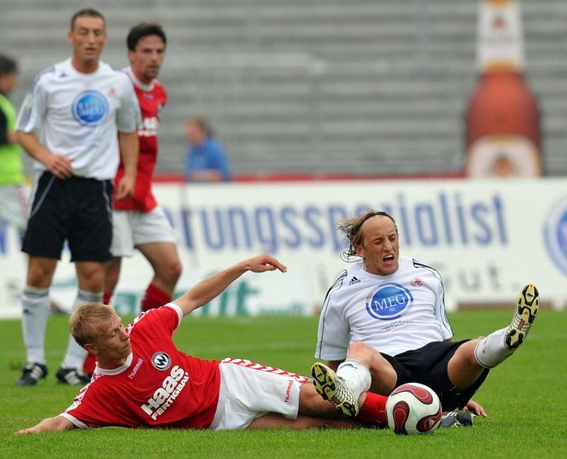 Kampf um den Ball Josef Lastovka (Wacker Burghausen) (L) gegen Daniel Beyer (KSV Hessen Kassel)