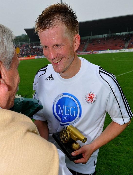Thorsten Bauer (KSV Hessen Kassel) (R) erh�lt die Torj�gerkanone der Regionalliga S�d  (Torsch�tzenk�nig)