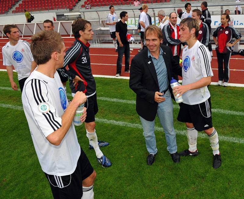Saisonende Jens Rose (M) bedankt sich bei den Spielern, Jan Fie�er (KSV Hessen Kassel), (R)
