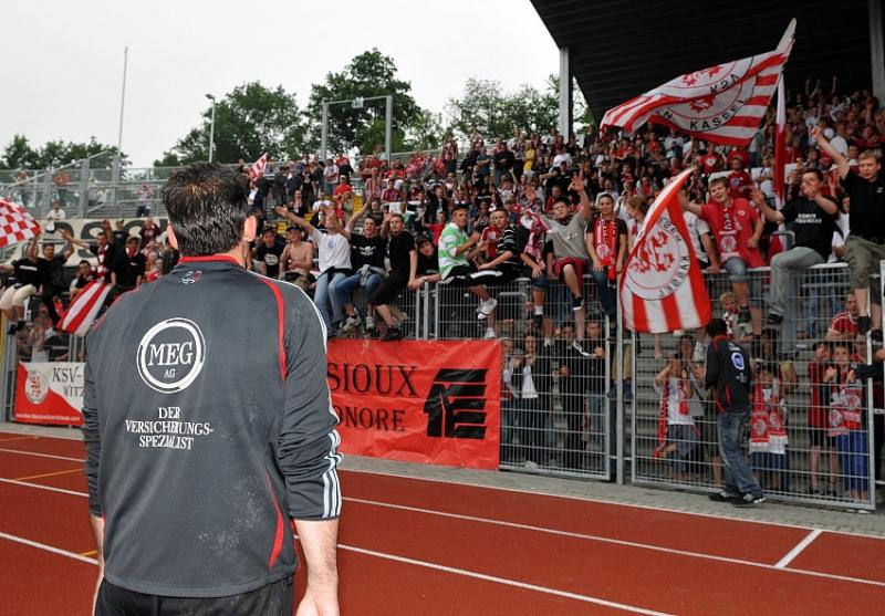 Oliver Adler (Torwart KSV Hessen Kassel) vor dem Fanblock