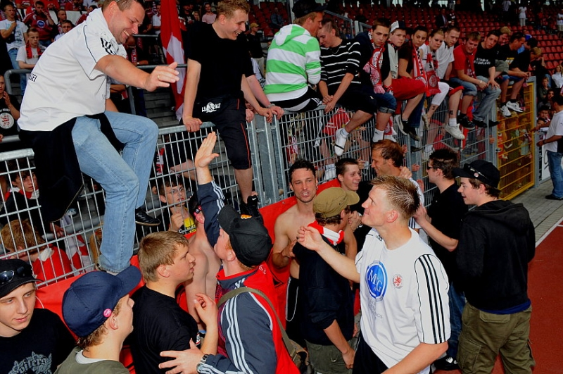 Thorsten Bauer (KSV Hessen Kassel) verabschiedet sich bei den Fans