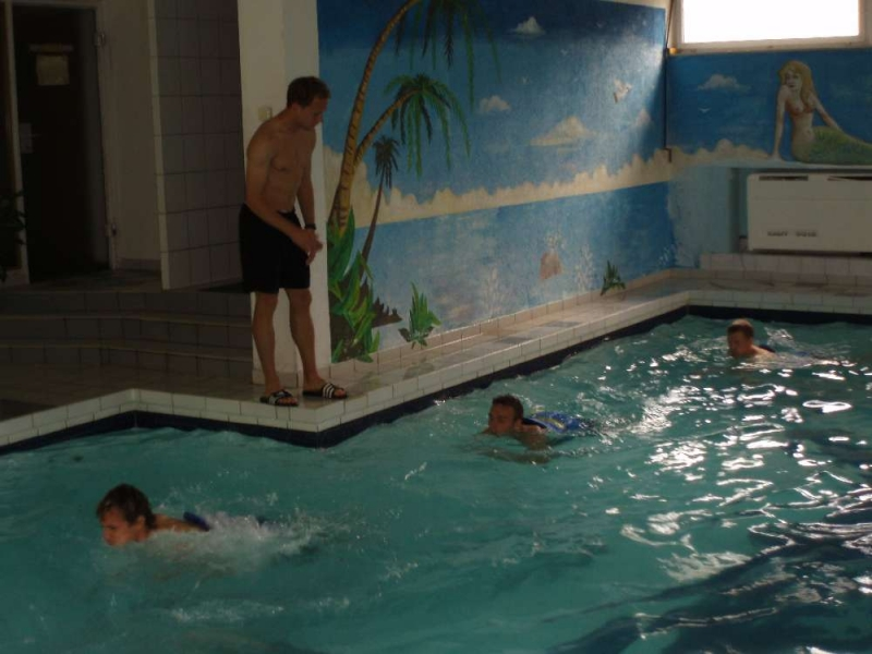 Dominik Suslik gibt Anweisung beim Aqua-Jogging