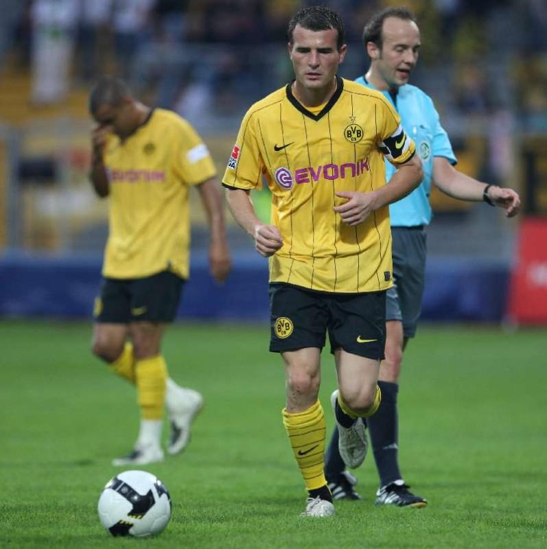 Erstmals unter Trainer J�rgen Klopp 90 Minuten im Spiel- Einsatz: der wiedergenesene Top- Torj�ger Alex Frei. Daneben SR Manuel Kunzmann