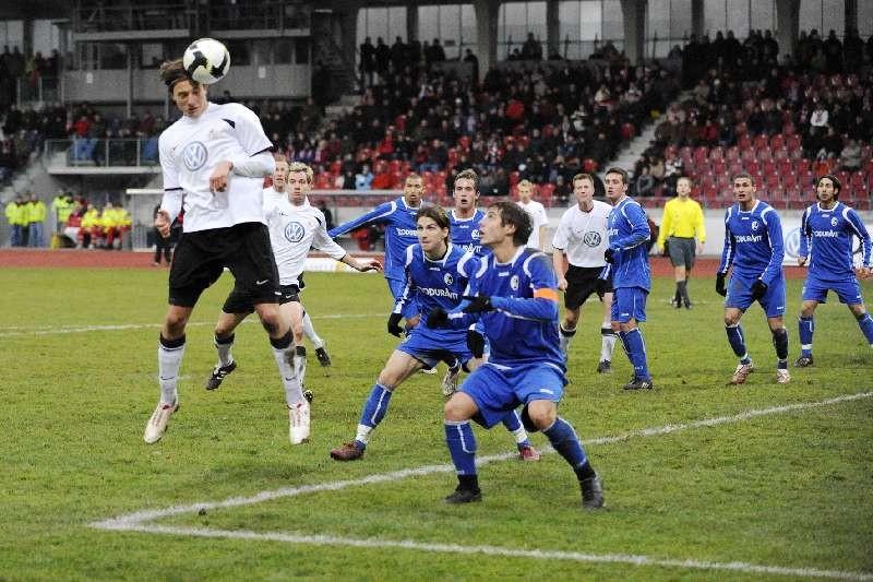 KSV Hessen - SC Freiburg II: Marcel Stadel beim Kopfball