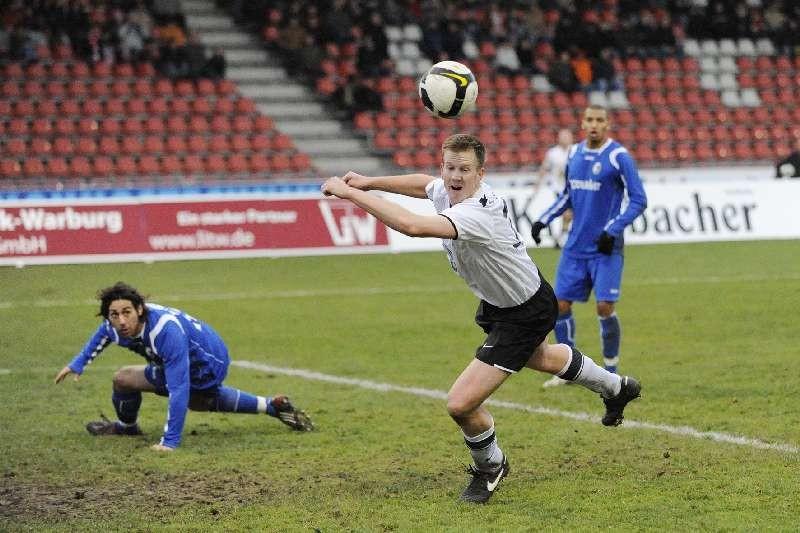 KSV Hessen - SC Freiburg II: Kopfball Thorsten Bauer