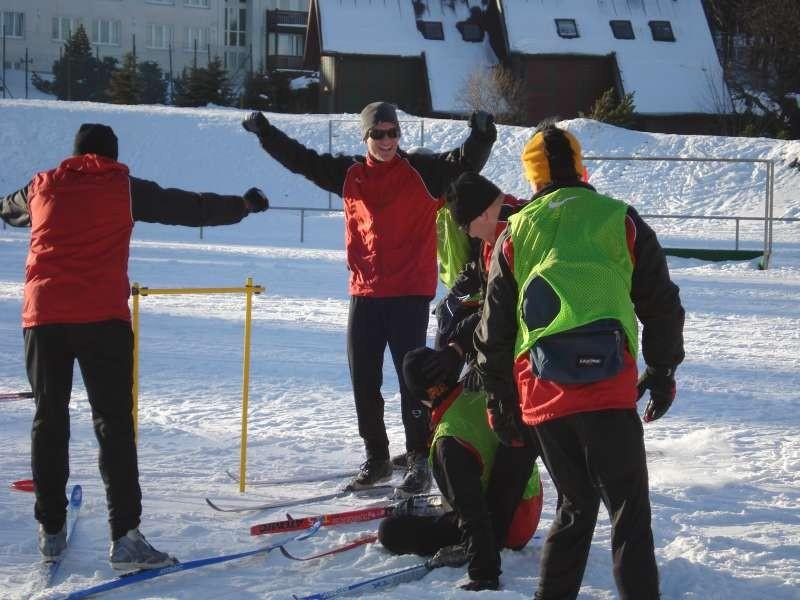 Sebastian Gundelach bejubelt einen Torerfolg beim Frisby-Spiel auf Skiern