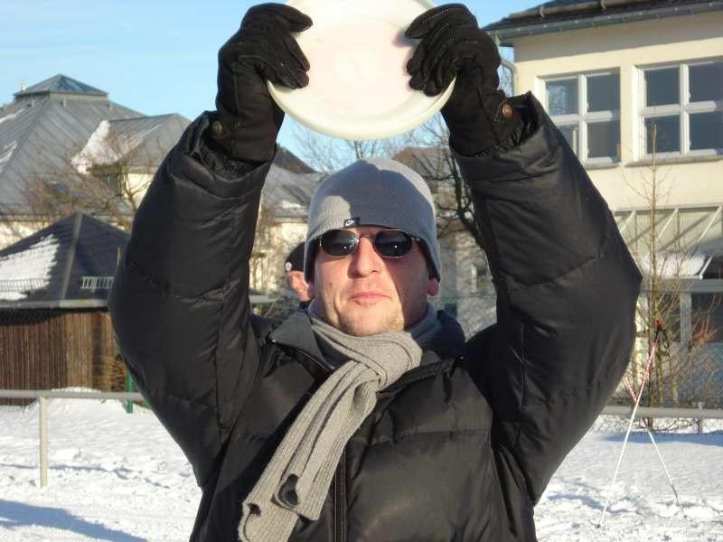 Trainer Mirko Dickhaut er�ffent den Frisby-Mannschafts-Wettkampf im Schnee
