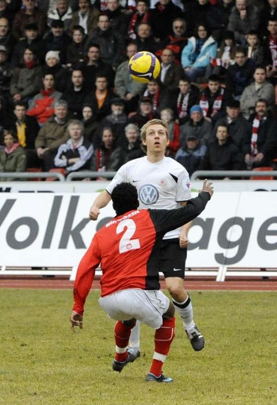 Dennis Tornieporth gegen einen der drei Winterneuzug�nge von Eintracht Frankfurt II, Rechtsverteidiger Fnan Tewelde