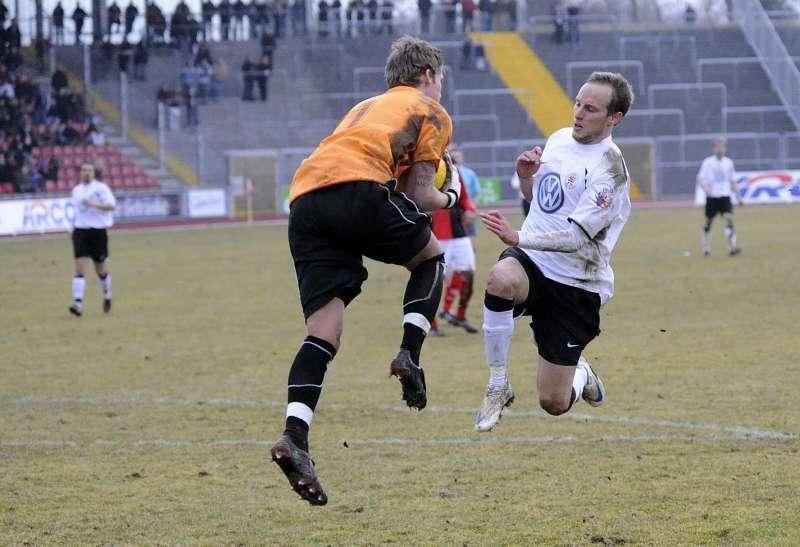 Eintracht-Keeper Jan Zimmermann vor dem heranst�rmenden Rene Ochs, dem beim gleichen Resultat im Hinspiel das Last-Minute-Tor gelang