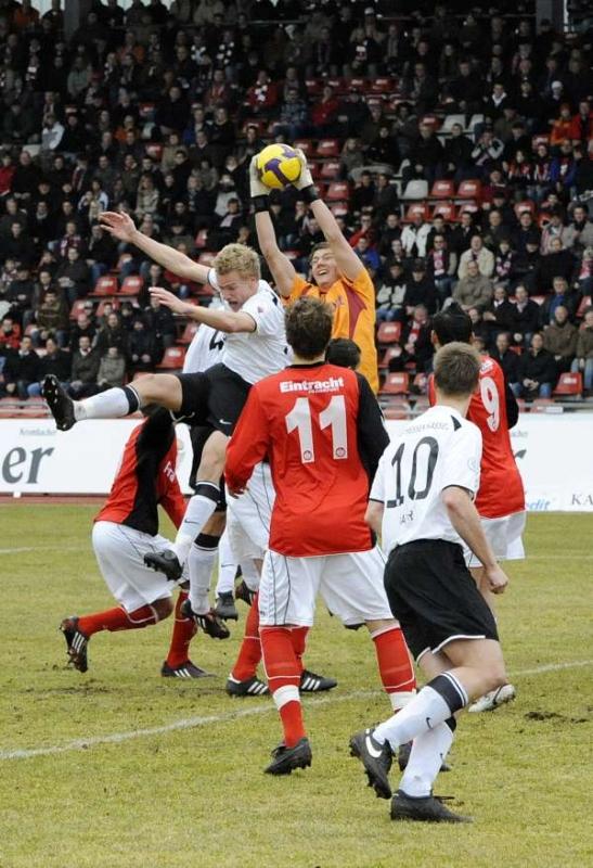 Stellungs- und fangsicher, der starke Eintracht-Schlussmann Jan Zimmermann hat den Ball vor KSV-Winterneuzugang Sebastian Gundelach, der nach einer Spielstunde verletzt ausschied
