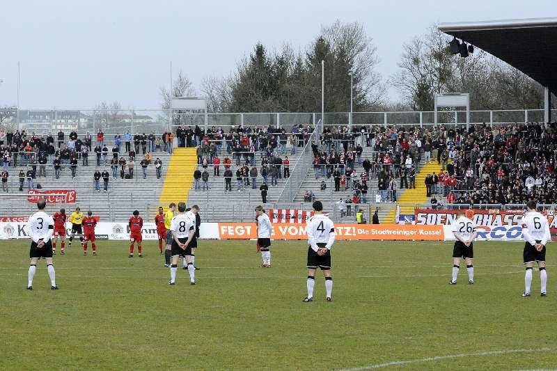 KSV Hessen - FC Heidenheim: Gedenkminute der Opfer des Amoklaufs von Winnenden
