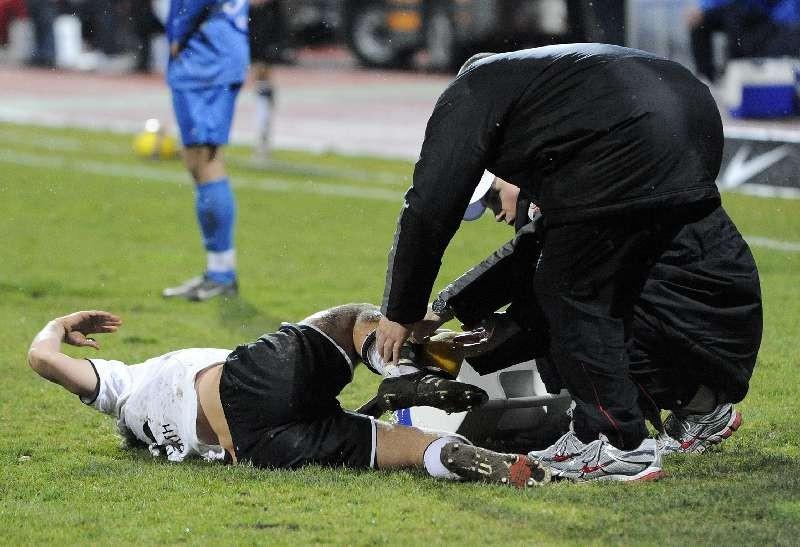 KSV Hessen - SV Darmstadt 98: Dennis Tornieporth mit Schmerzen am Boden