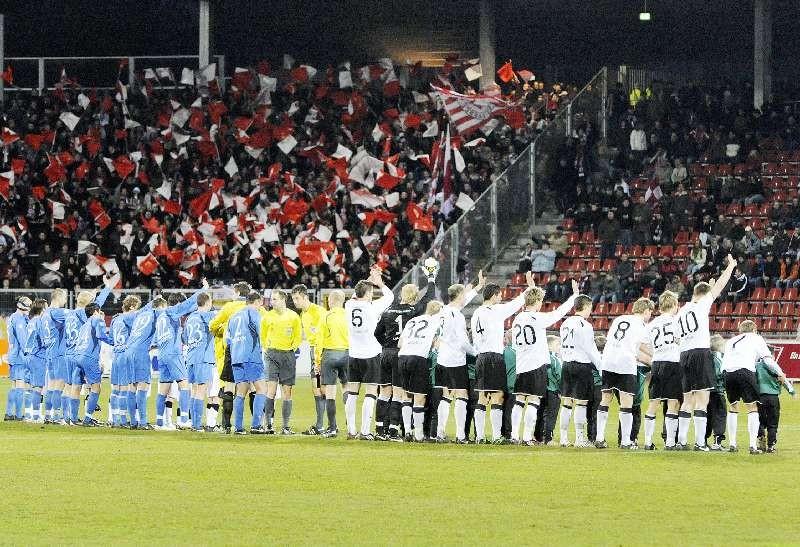 KSV Hessen - SV Darmstadt 98: Mannschaft bedankt sich bei den Fans