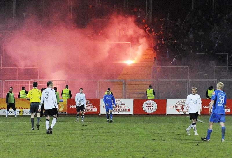 KSV Hessen - SV Darmstadt 98: Bengalo im G�steblock