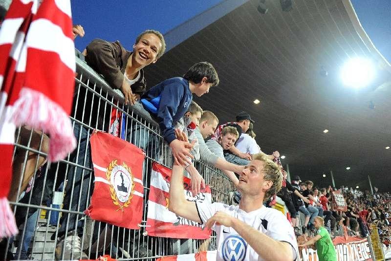 KSV Hessen - 1. FC N�rnberg II: Enrico Gaede bei den Fans