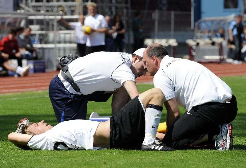 KSV Hessen - 1860 M�nchen II: Dennis Tornieporth verletzt am Boden