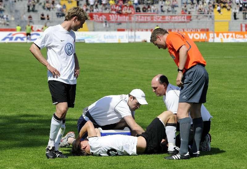 KSV Hessen - 1860 M�nchen II: Dennis Tornieporth wird verletzt behandelt