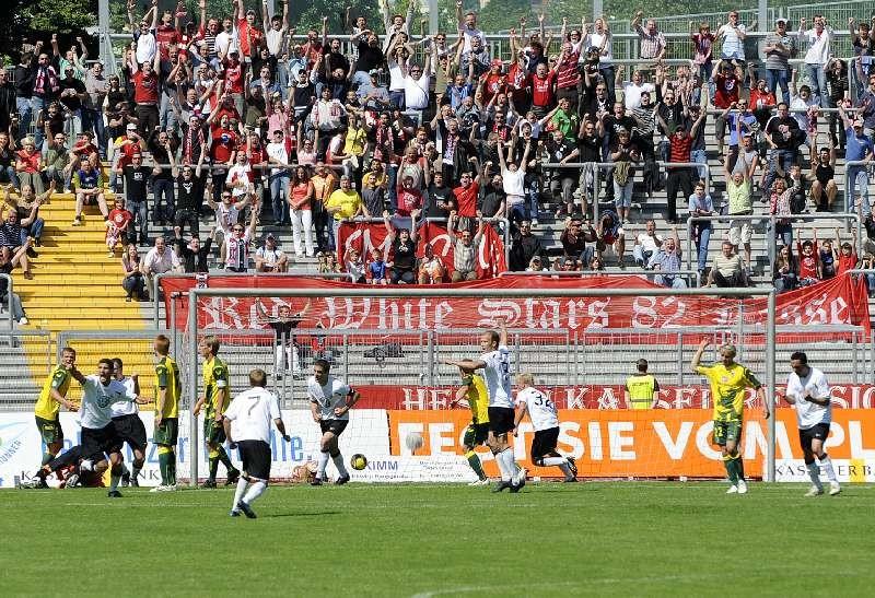 KSV Hessen - 1860 M�nchen II: Jubel der Mannschaft �ber Tor