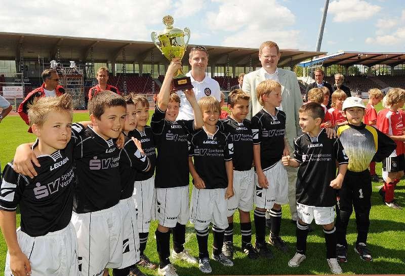 KSV Hessen - 1860 M�nchen II: Pokal�bergabe nach E.ON Jugendturnier