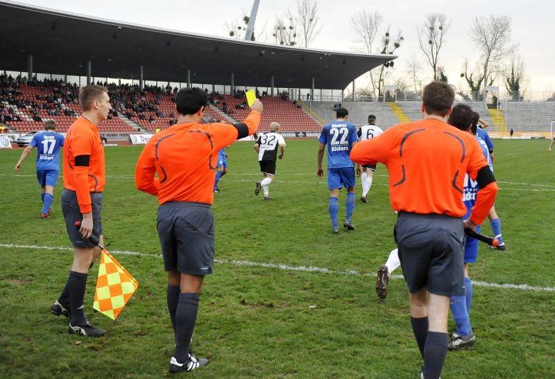 KSV Hessen - Stuttgarter Kickers: Schiedsrichter gibt gelbe Karte