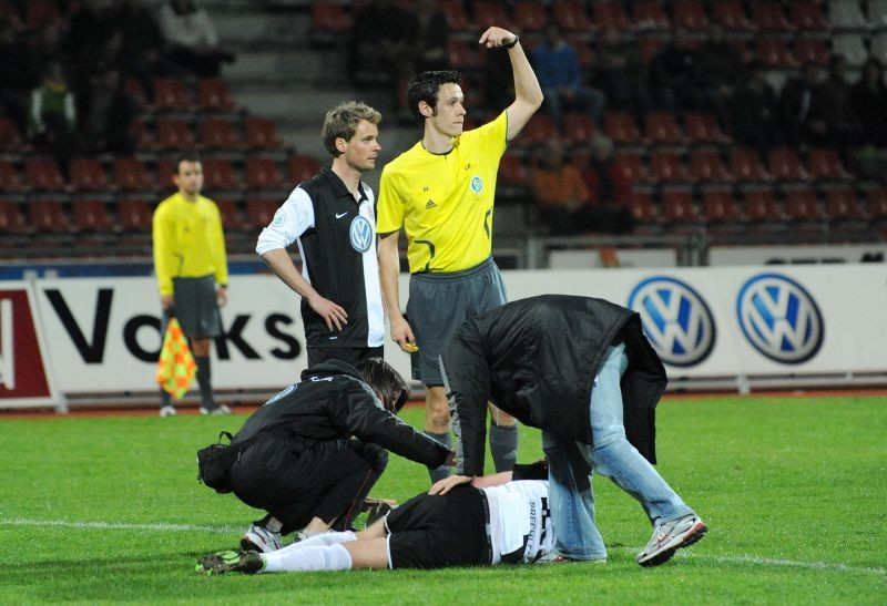 KSV Hessen - SSV Ulm 1846: Enrico Gaede, Thomas Brechler verletzt am Boden