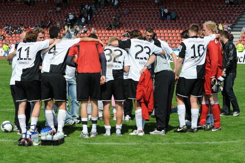 KSV Hessen - SV Wehen Wiesbaden II: Jubel der Mannschaft