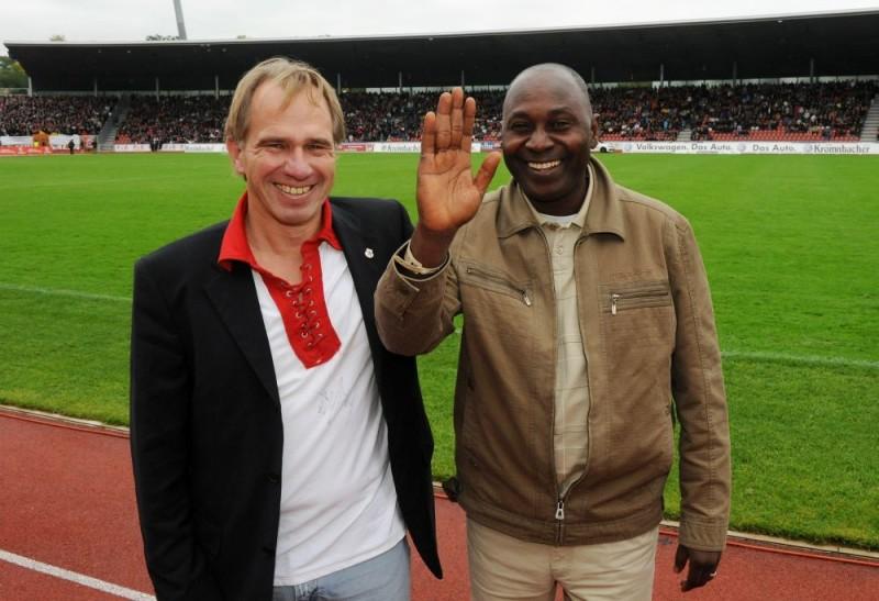 KSV Hessen - SV Darmstadt 98: Jens Rose mit Mr. Sano, dem Landwirtschaftsminister von Guinea