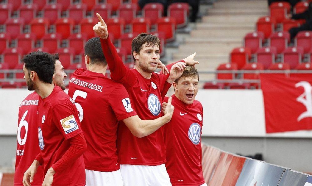 Henel bejubelt mit M�ller, Mayer, Becker und Pinheiro sein Tor zum 1:0