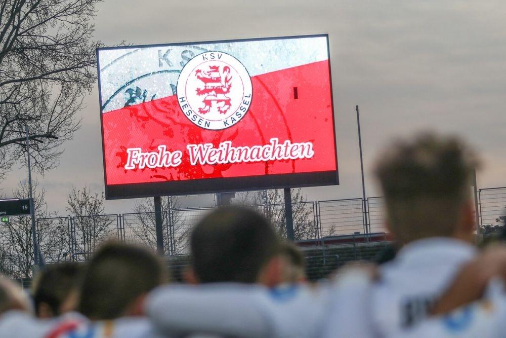 KSV Hessen - SC Freiburg II: Frohe Weihnachten auf Videowand