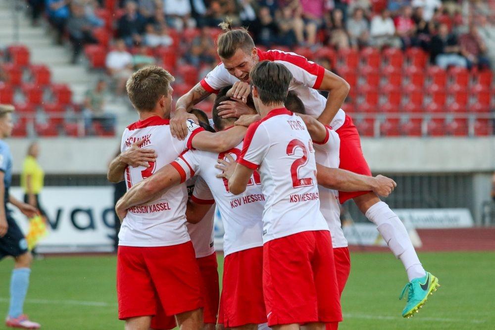 30.08.2016; KSV Hessen Kassel - Stuttgarter Kickers; im Bild v.l.n.r.: Torjubel nach dem 1:0 durch Tobias Damm (KSV Hessen Kassel)  Foto: Hedler