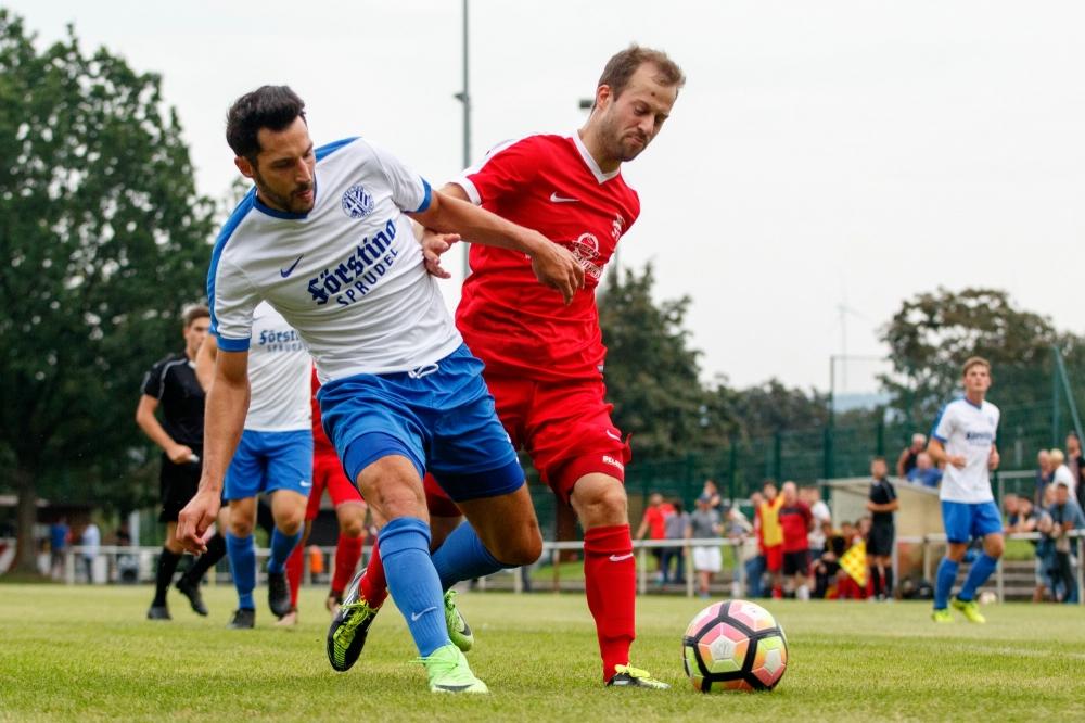 30.08.2017; Fussball; Verbandsliga Nord; KSV Hessen Kassel II - Hünfelder SV; im Bild v.l.: Sven Bambey (Hünfeld), Tobias Bredow (Kassel) Foto: Hedler