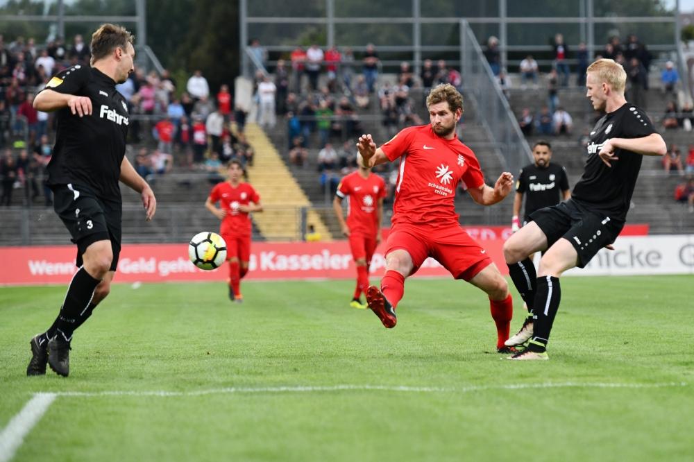 Lotto Hessenliga 2018/2019, KSV Hessen Kassel, FSC Lohfelden, Endstand 1:0, Roy Kessebohm (FSC Lohfelden), Ingmar Merle (KSV Hessen Kassel), Malte Bandowski (FSC Lohfelden)