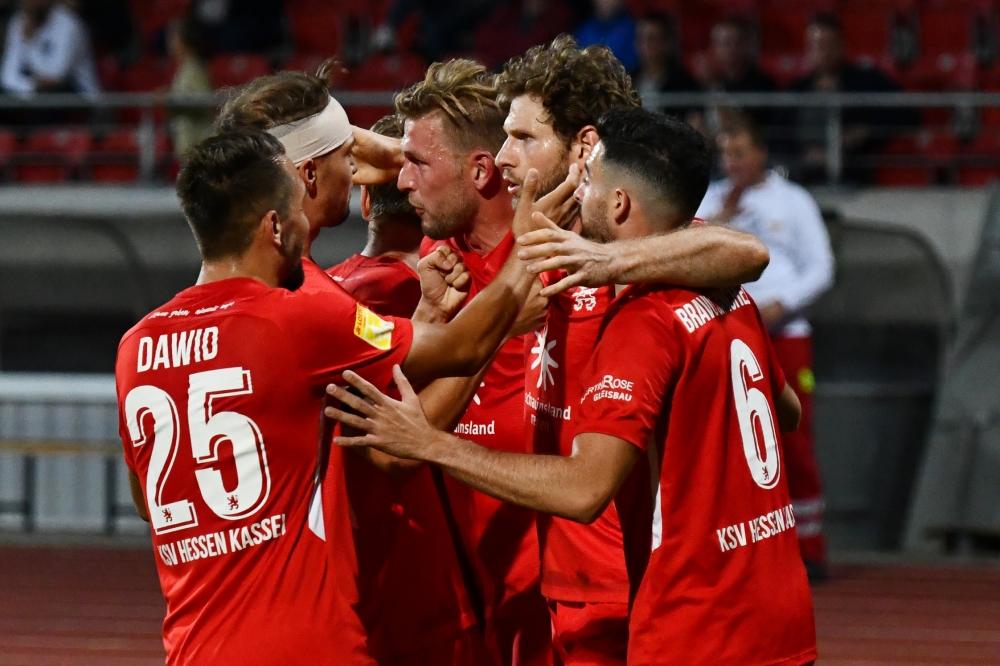 Lotto Hessenliga 2018/2019, KSV Hessen Kassel, FSC Lohfelden, Endstand 1:0, Jubel zum 1:0