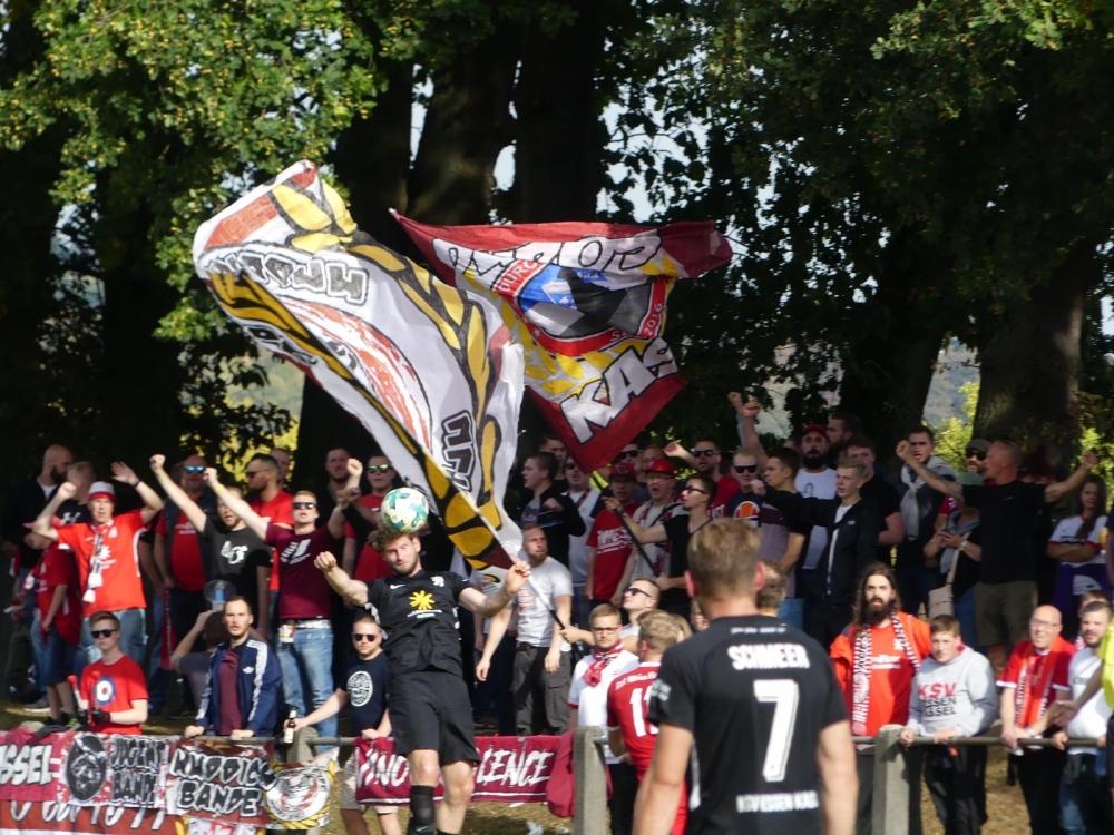 RW Hadamar - KSV Hessen Kassel: Merle, Fans im Hintergrund, vorne Schmeer
