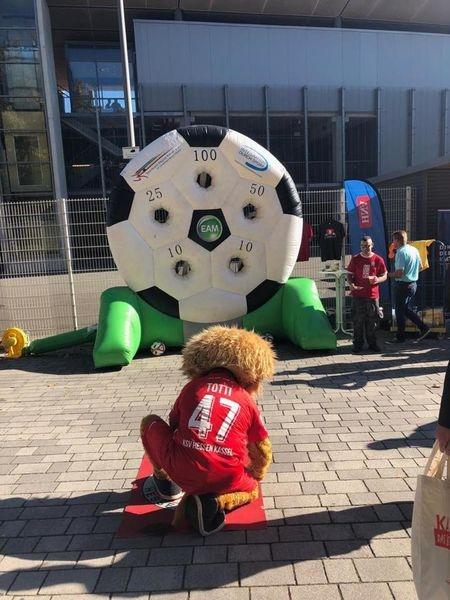 """Maskottchen """"Totti"""" hilft mit beim Aufbau einer Schiedsrichter und betreibt Öffentlichkeitsarbeit mit einer Torwandaktion in Zusammenarbeit mit dem Fußballkreis Hofgeismar/Wolfhagen"""