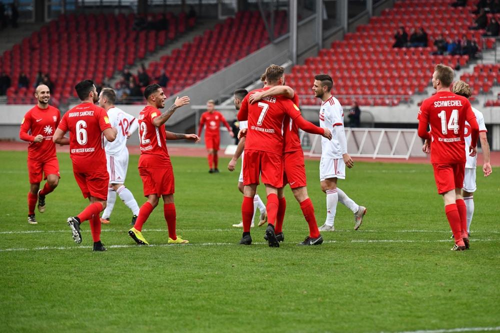 Lotto Hessenliga 2018/2019, KSV Hessen Kassel, FC Ederbergland, Endstand 4:1, Jubel zum 4:1