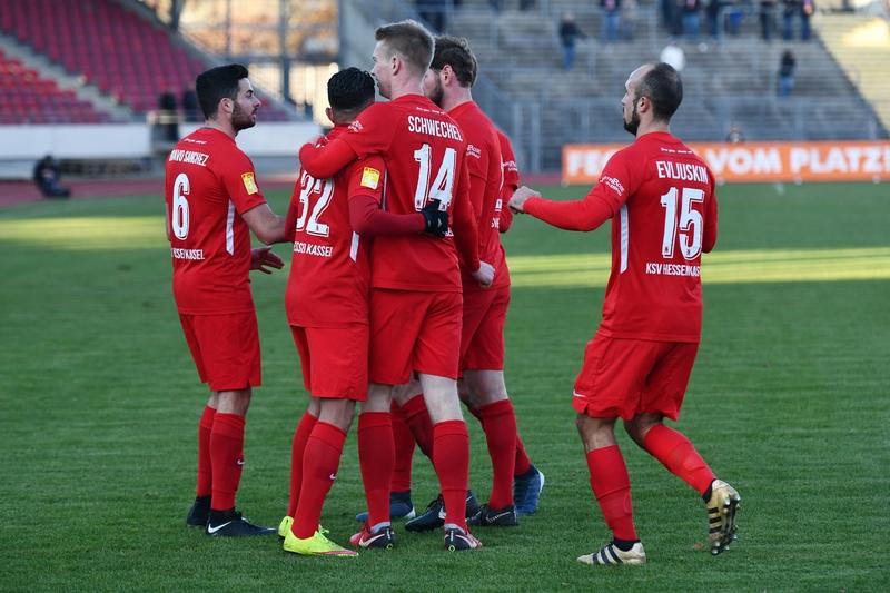 Lotto Hessenliga 2018/2019, KSV Hessen Kassel, FC Eddersheim, Endstand 3:0, Jubel zum 1:0