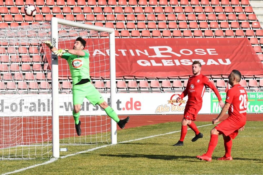 Lotto Hessenliga 2018/2019, KSV Hessen Kassel, Spvgg. Neu-Isenburg, Endstand 3:1, Sebastian Schmeer (KSV Hessen Kassel), Mahir Saglik (KSV Hessen Kassel)