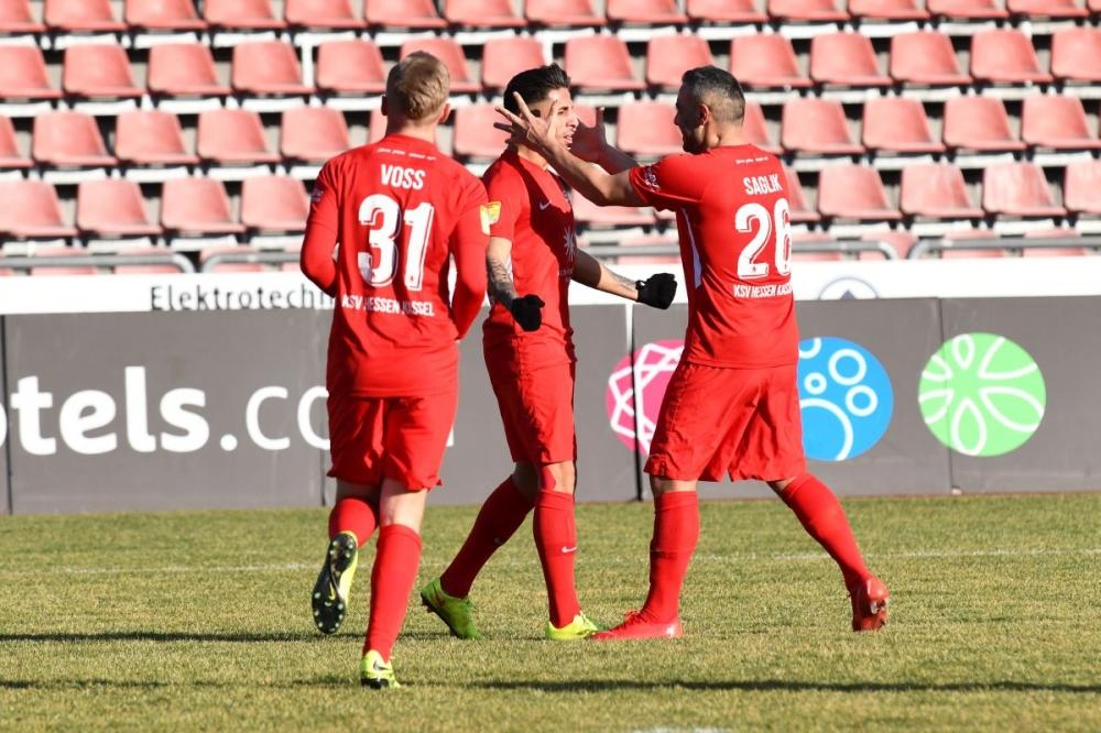 Lotto Hessenliga 2018/2019, KSV Hessen Kassel, Spvgg. Neu-Isenburg, Endstand 3:1, Jubel zum 3:1, Michael Voss (KSV Hessen Kassel), Nael Najjer (KSV Hessen Kassel), Mahir Saglik (KSV Hessen Kassel)