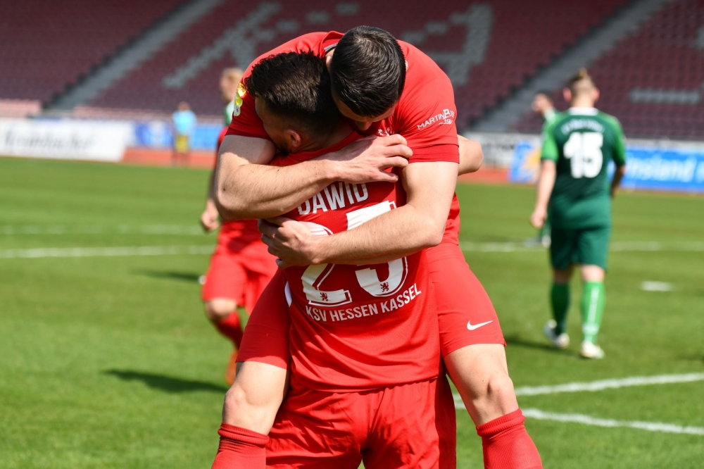 Lotto Hessenliga 2018/2019, KSV Hessen Kassel, Bad Vilbel, Endstand 3:0, Jubel zum 1:0, Marco Dawid (KSV Hessen Kassel), Jon Mogge (KSV Hessen Kassel)
