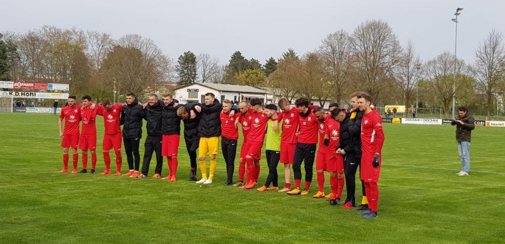 Mannschaft feiert Fans in Griesheim