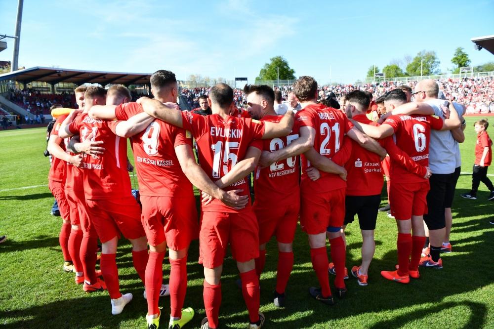 Lotto Hessenliga 2018/2019, KSV Hessen Kassel, KSV Baunatal, Endstand 3:1; Mannschaftskreis