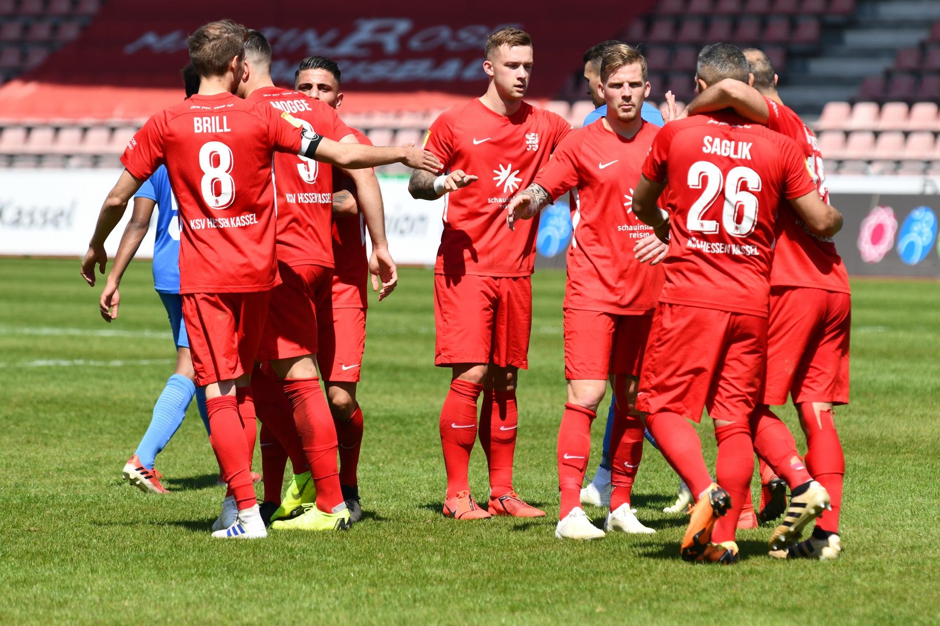 Lotto Hessenliga 2018/2019, KSV Hessen Kassel, T�rk G�c� Friedberg, Endstand 4:0, Jubel zum 4:0