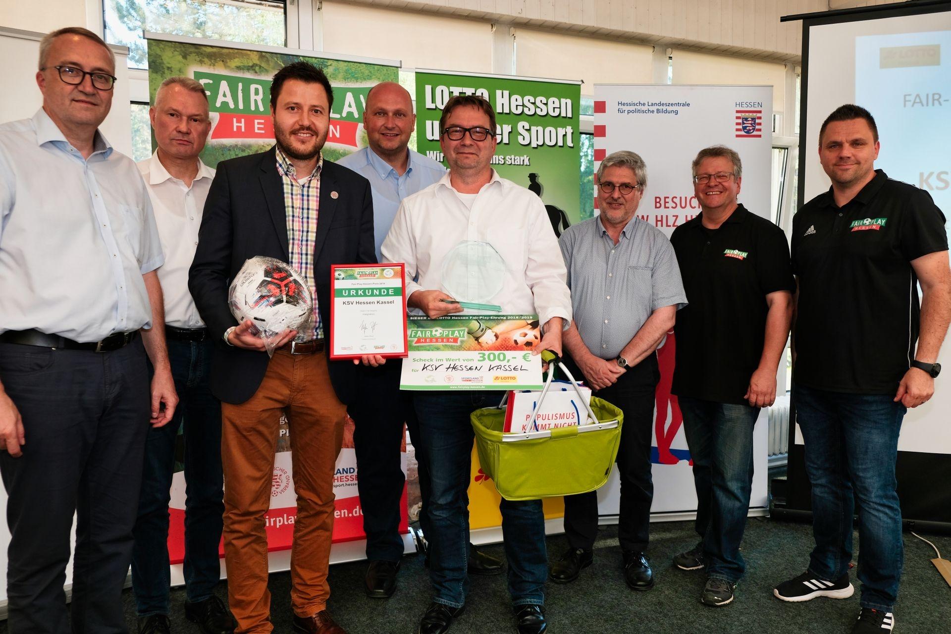 Gruppenbild bei der Verleihung des Fair Play Hessen-Preises in der Kategorie Integration an den KSV Hessen Kassel und Jumpers