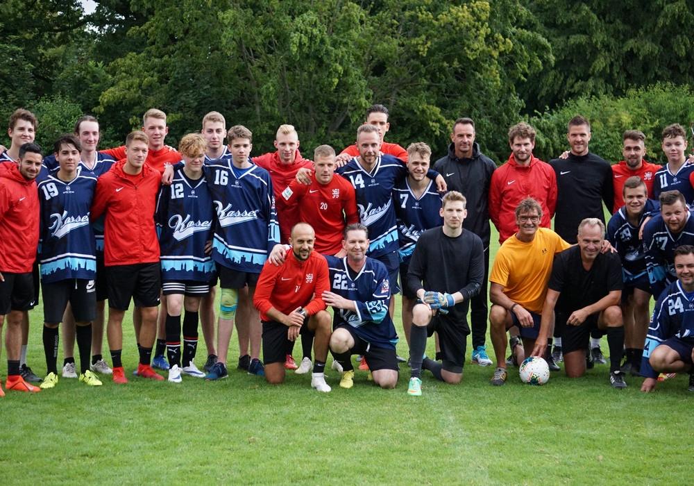 Launige Mannschaftspräsentation mit Spaßspiel gegen die Kufencracks der Eishockey-Jugend Kassel