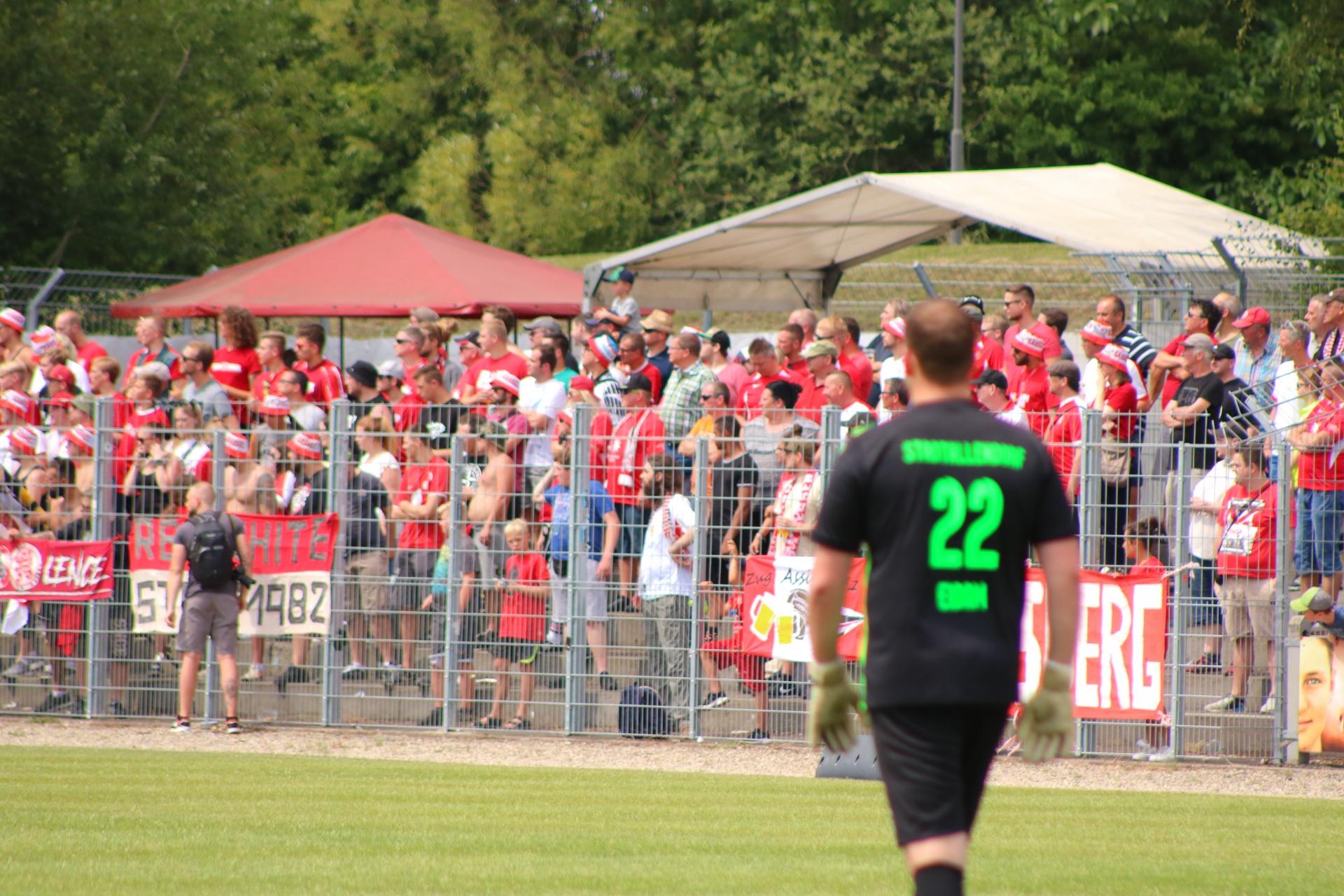 Stadtallendorfer Spieler vor Kasseler Fans